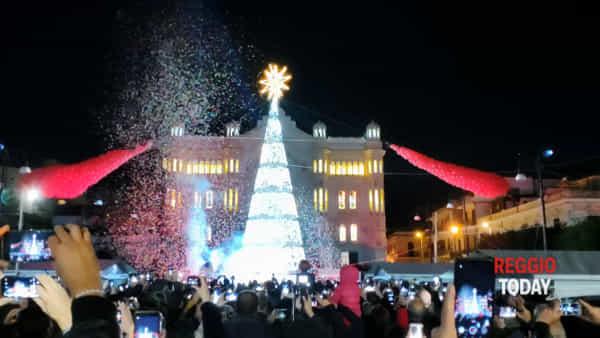 E' Natale in piazza Duomo, le immagini dell'accensione dell'albero | VIDEO
