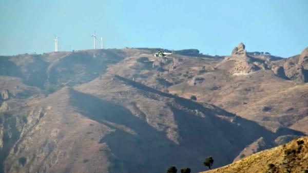 Vasto incendio sulle colline, l'elicottero della Forestale combatte con le fiamme | VIDEO