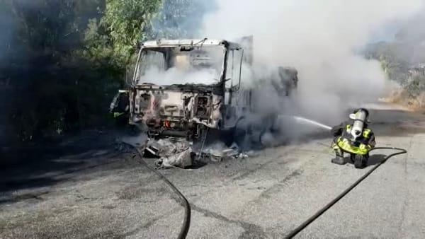 Incendio sulla strada provinciale per Antonimina, a fuoco un camion carico di legname: illeso il conducente