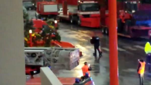 L'abbraccio degli operatori delle ambulanze di Reggio ai vigili del fuoco del comando provinciale
