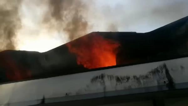 Violento incendio manda completamente in fumo il deposito di una falegnameria | VIDEO
