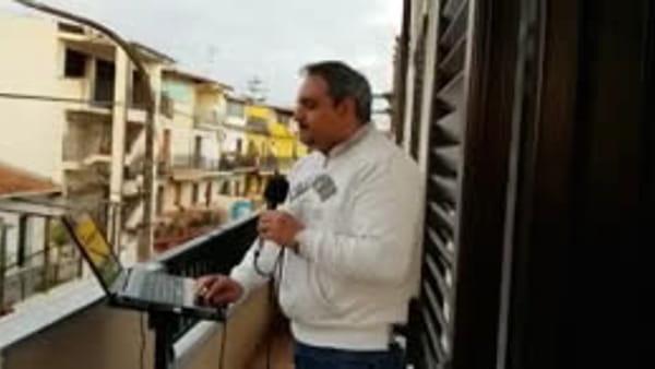 Affacciati al balcone per recitare il Rosario: il flashmob di don Zampaglione| VIDEO
