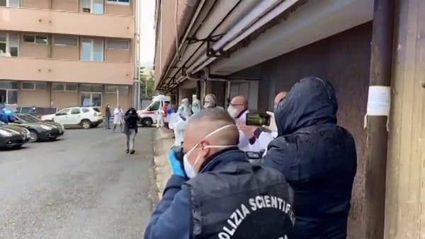 A sirene spiegate per dire grazie a medici e infermieri del Gom: l'omaggio delle forze dell'ordine |VIDEO