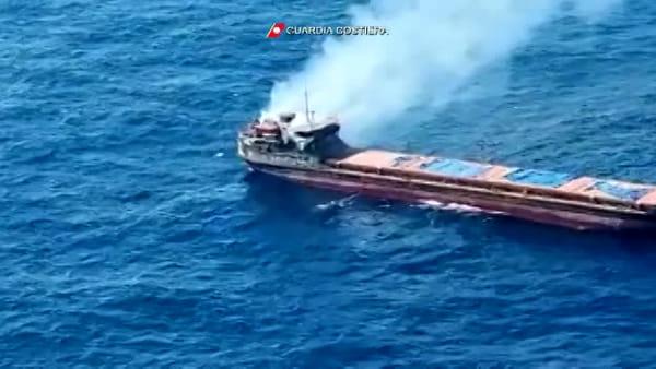 """Incendio a bordo della motonave """"Bellatrix"""", salvati i dodici membri dell'equipaggio  VIDEO"""