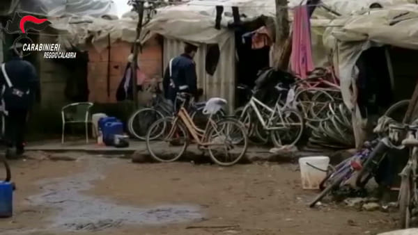 Violento litigio attorno ai bracieri della tendopoli, un arresto per tentato omicidio | VIDEO