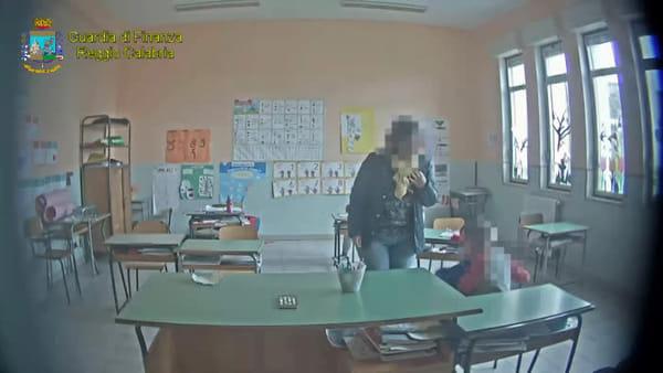 Schiaffi, calci e spinte ai piccoli alunni: le immagini che incastrano la maestra | VIDEO