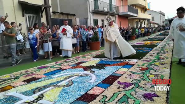 Nel borgo di Gallico Marina è il giorno dell'Infiorata del Corpus Domini | VIDEO