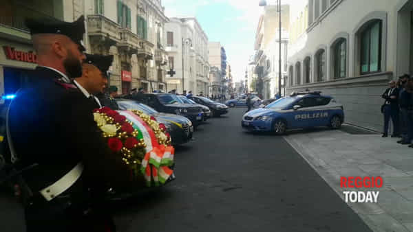 Agenti uccisi a Trieste, l'omaggio dei carabinieri e della guardia di finanza alla Questura di Reggio