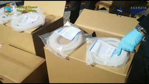 Coronavirus, al porto di Gioia requisite 19 tonnellate di presidi sanitari: consegnati alla Protezione civile |VIDEO