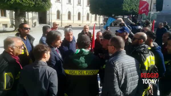 """Vigili del fuoco in piazza: """"Rischiamo di più e siamo pagati di meno"""""""