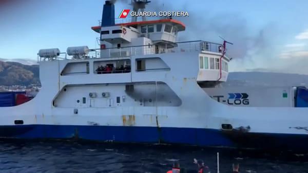 Stretto, incendio sulla nave traghetto Villa San Giovanni: 22 passeggeri evacuati | VIDEO