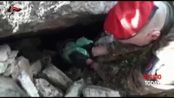 Platì, scovato dai carabinieri arsenale all'interno di un muretto: una denuncia | VIDEO